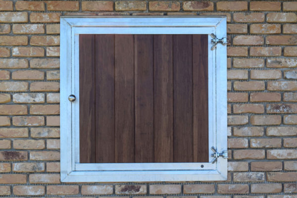 Fenêtre volet planches de box galva