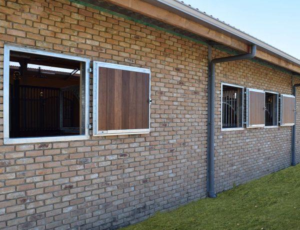 Fenêtre volet planches de box galva bambou